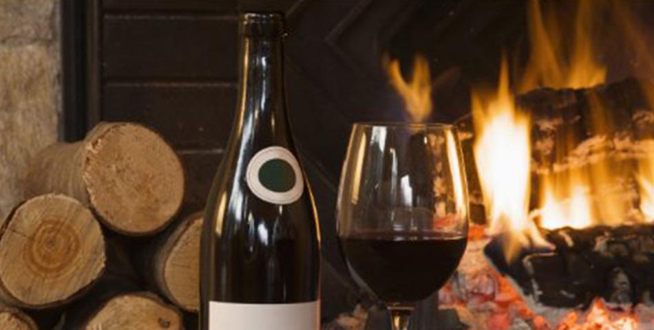 Corona crisis: met een goed glas wijn ziet de wereld er toch rooskleuriger uit.